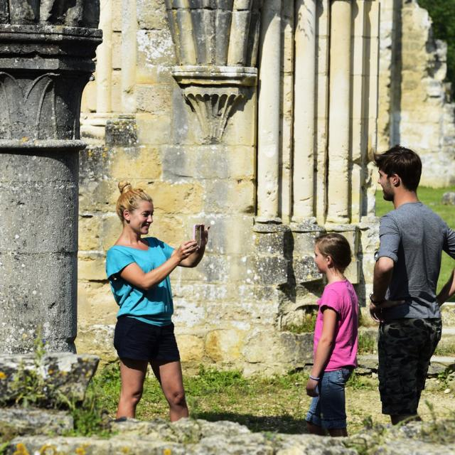 Bouconville-Vauclair (02) : famille à vélo sur la voie verte de l'Ailette, visite des ruines de l'abbaye.