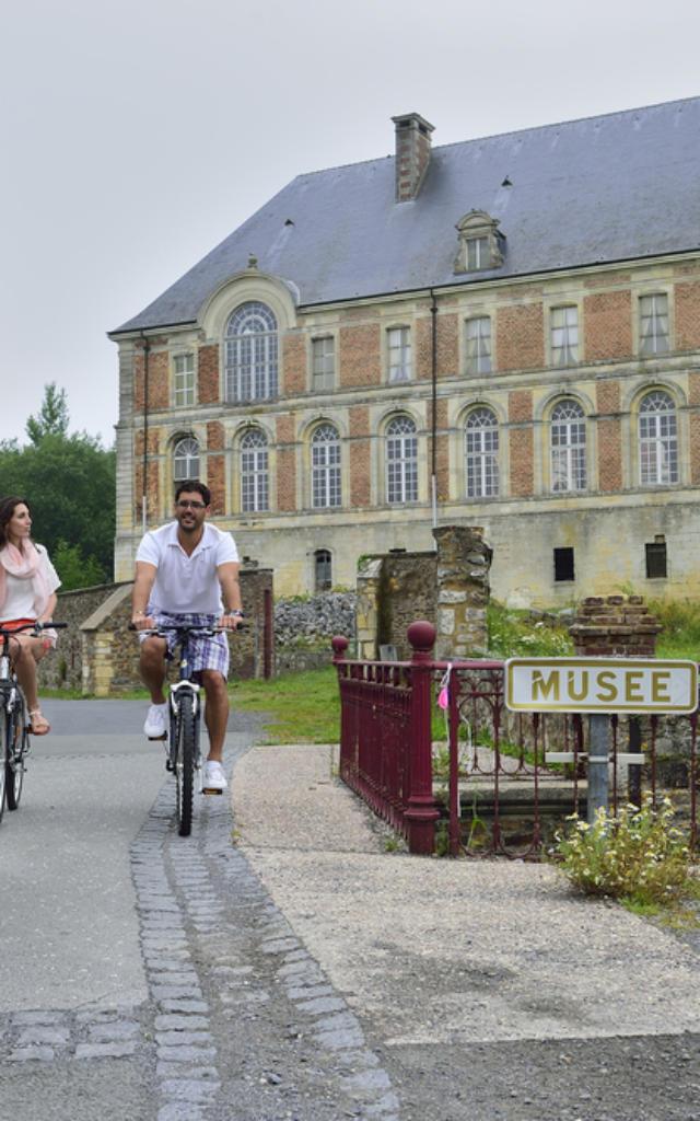 Couples a velo visitant l'abbaye Saint-Michel