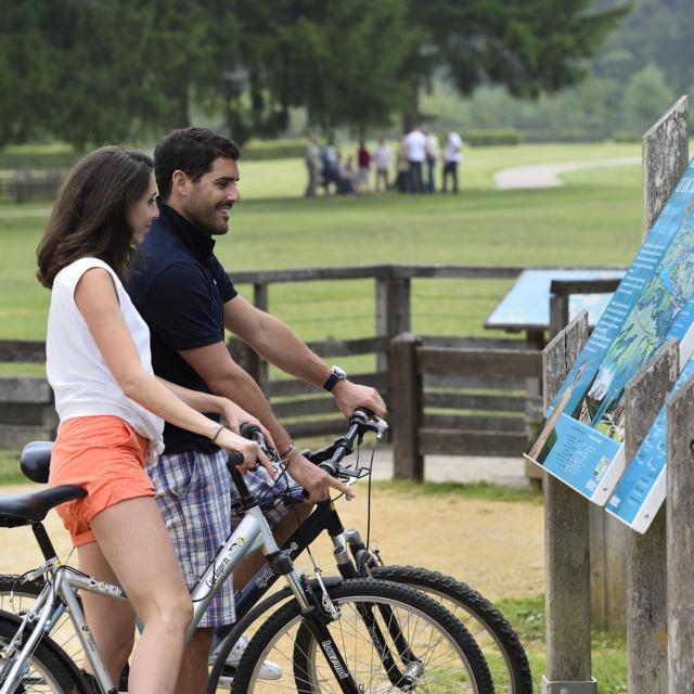 Bouconville-Vauclair (02) : couples d'amis à vélos devant les ruines de l'abbaye et le verger conservatoire