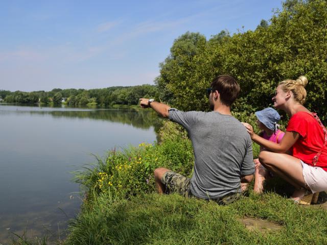 Bouconville-Vauclair (02) : famille à vélo sur la voie verte de l'Ailette. Abords du lac et observatoire.