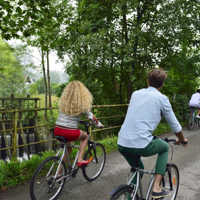 Hirson (02) : couples à vélo devant l'étang du Pas Bayard